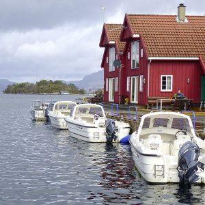 Angelreisen Norwegen 40420-421 Furre Hytter Ansicht mit Booten