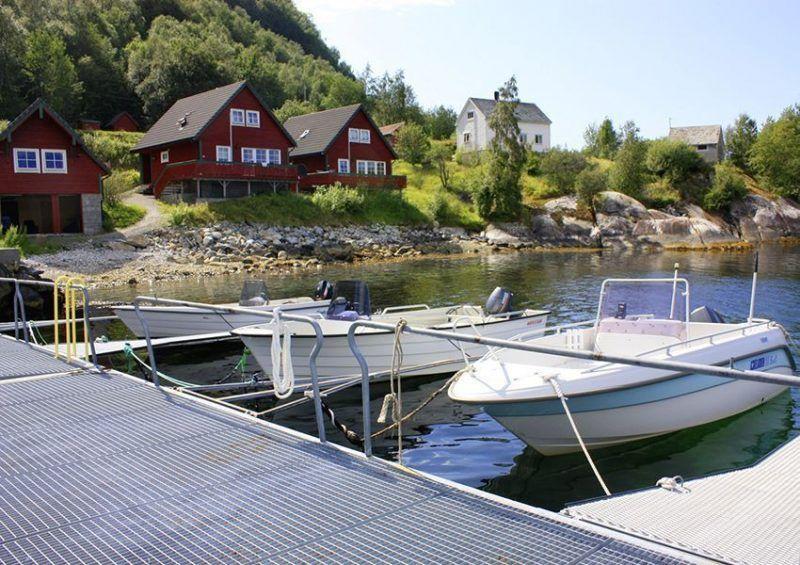 Angelreisen Norwegen 41401-403 Sognefjord Ferienhäuser Ansicht mit Hafen