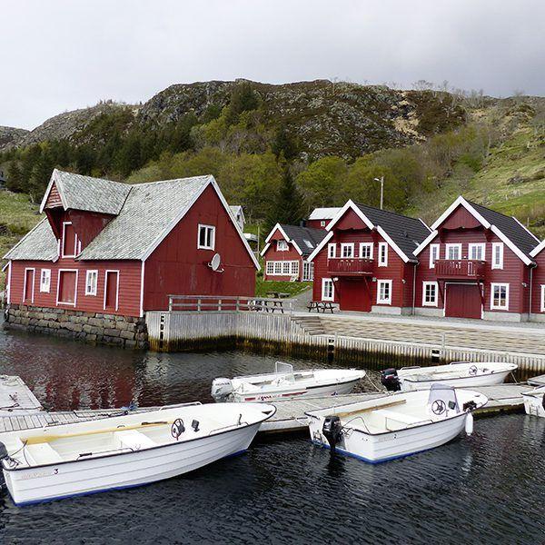 Angelreisen Norwegen 41542-543 Bakkevik Brygge Ansicht mit Hafen