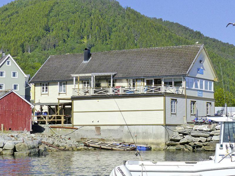 Angelreisen Norwegen 41841-857 Romsdal Fjordlodge Haupthaus Terrasse