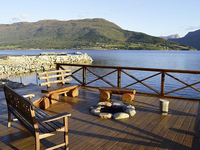 Angelreisen Norwegen 41881-884 Eriks Viking Lodge Terrasse am Fjord