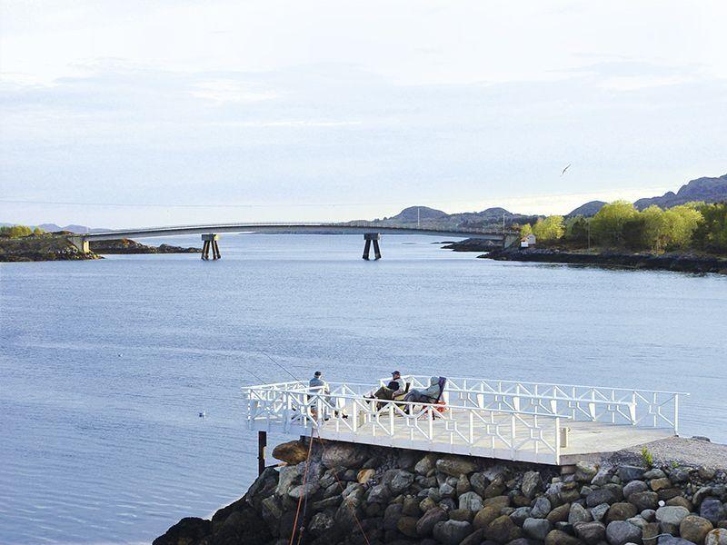 Angelreisen Norwegen 42700-42729 Leka Brygge Terrasse am Wasser