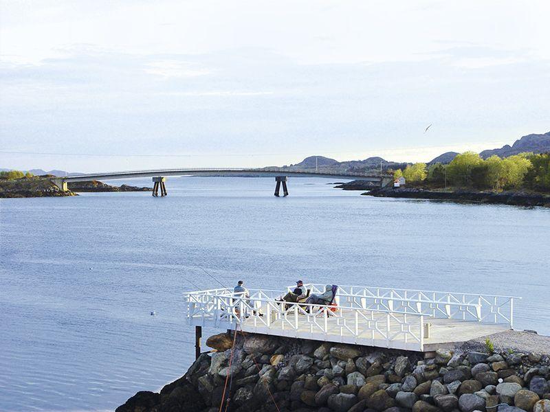 Angelreisen Norwegen 42700-729 Leka Brygge Terrasse am Wasser