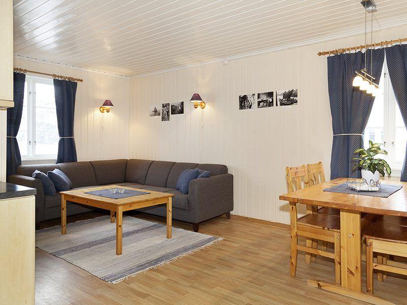 Angelreisen Norwegen 43014 Visthus Rorbuer Wohnbereich und Essplatz