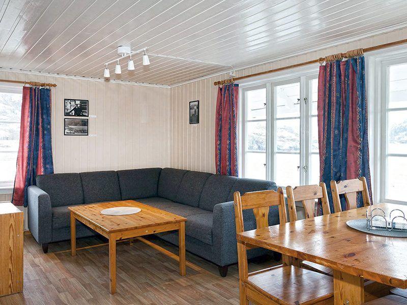 Angelreisen Norwegen 43017 Visthus Rorbuer großes Apartment Wohnbereich und Essplatz