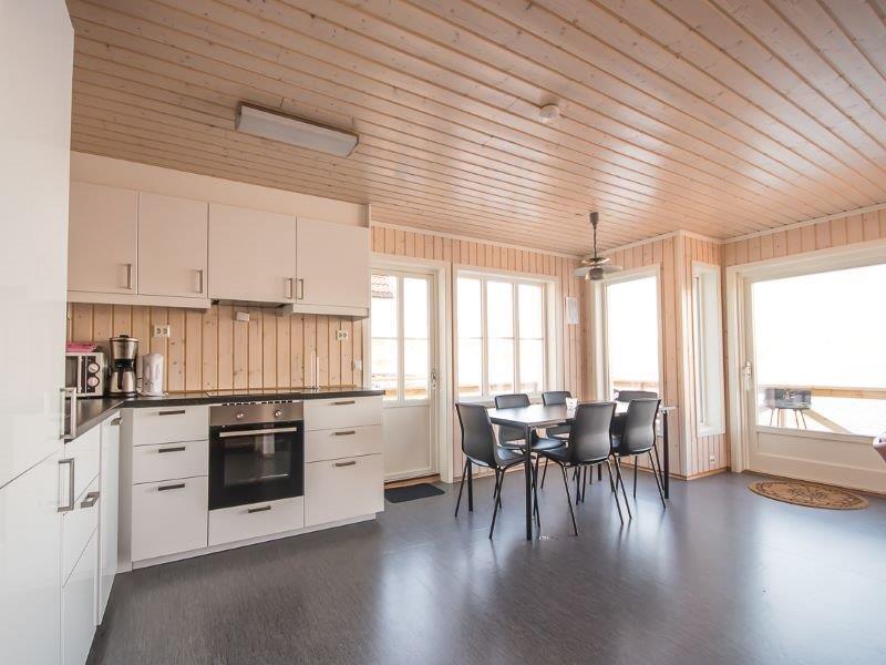 Angelreisen Norwegen 42416-42419 Besssaker Küche mit Essplatz