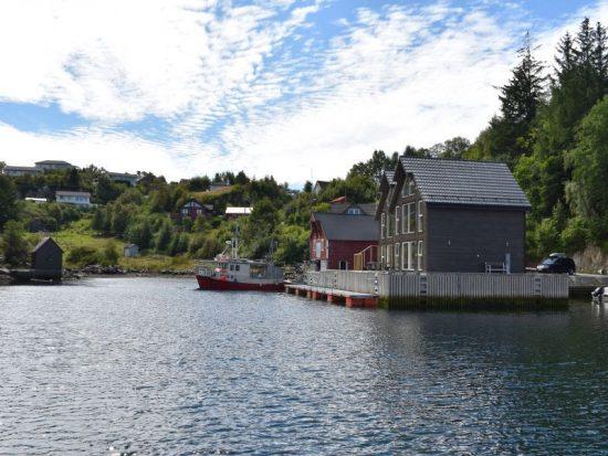 Angelreisen Norwegen 41073 Rorbu Rolfsnes Ansicht mit vom Wasser