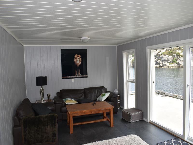 Angelreisen Norwegen 41073 Rorbu Rolfsnes Wohnbereich mit Couch