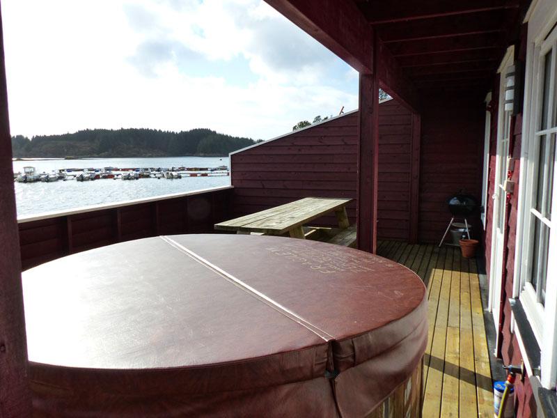 Angelreisen Norwegen 41321-41324 Kvalheim Terrasse mit Jacuzzi und Hafenblick