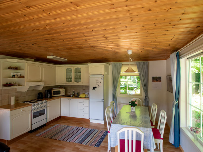 Angelreisen Schweden 7052-7053 Ferienhäuser Urshult Küche und Essplatz