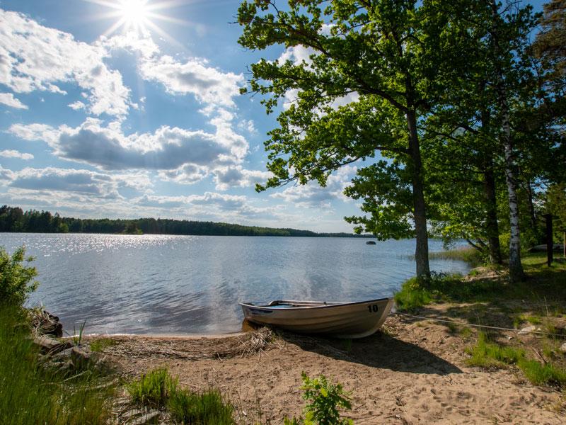 Angelreisen Schweden 7051-7053 Ferienhäuser Urshult See mit Boot und Sonne