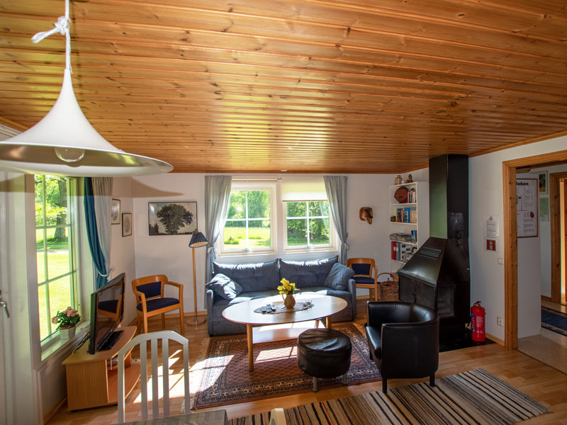 Angelreisen Schweden 7052-7053 Ferienhäuser Urshult Wohnbereich mit Kaminofen