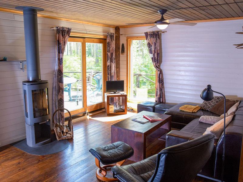 Angelreisen Schweden 7081-7082 Wohnbereich mit Kaminofen